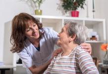 Ile zarabia opiekun osoby starszej w Polsce?